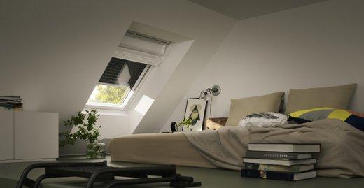 Rollläden können Räume nicht nur komplett verdunkeln, sondern halten auch Geräusche und Hitze fern.