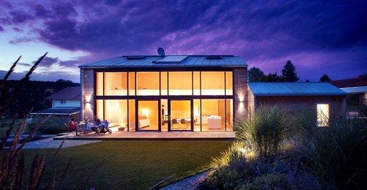 Filigrane Glasfassaden mit integrierter Hebe-Schiebe-Tür von Kneer-Südfenster: Herrliche Ausblicke und lichtdurchflutete Räume sind garantiert.