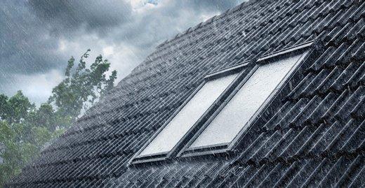 Bei Stürmen im Herbst sollten Dachfenster besser fest verschlossen sein. Für den Fall, dass einmal das offene Fenster vergessen wurde, schließen sich die Dachfenster mit dem Smart-Home-System Velux Active, bevor der Sturm beginnt.