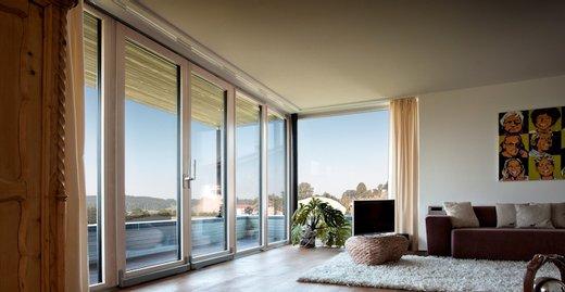 Hebe-Schiebe-Türen von Kneer-Südfenster sind trotz maximaler Öffnungsweiten leicht zu bedienen – die Grenzen zwischen drinnen und draußen sind fließend.
