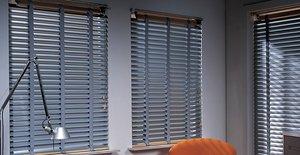 Fensterschmuck im Retro-Look – Holzjalousien verbinden eine natürliche Optik mit praktischen Vorteilen