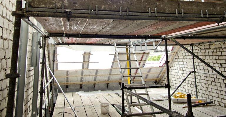 Dank des Einbaus zweier Teilebenen kann der über acht Meter hohe Heuboden räumlich nun optimal genutzt werden.