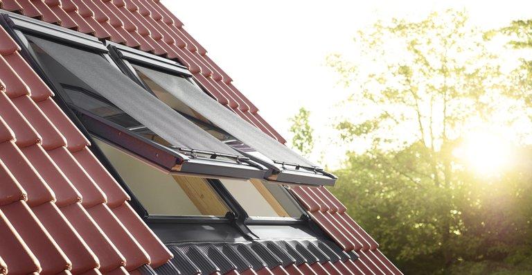 Die Hitzeschutz-Markise für Velux Dachfenster hält Hitze fern und lässt trotzdem ausreichend Tageslicht in den Raum.
