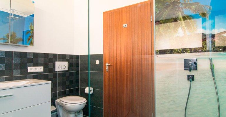 Waschbereich mit WC am Eingang