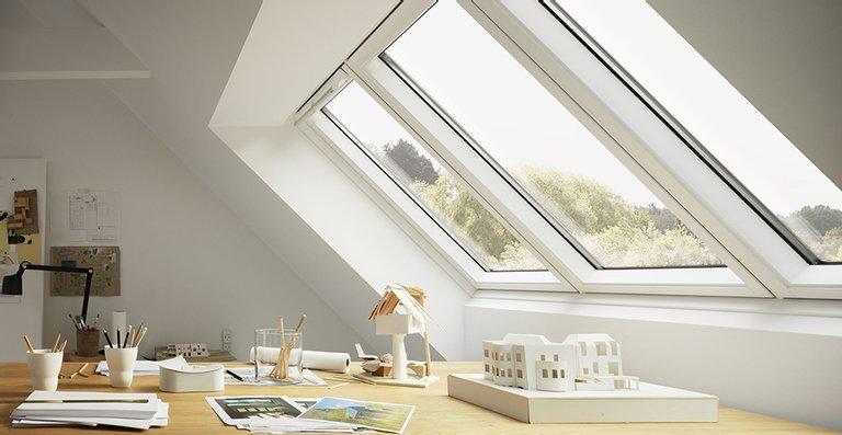 Dank der Kombination von einem feststehenden Fensterelement mit zwei öffenbaren Flügeln sind die Profile besonders schmal. Für die Bewohner bedeutet das viel Tageslicht und einen fast uneingeschränkten Blick nach draußen.