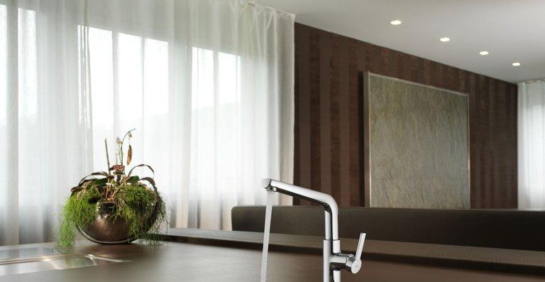 Als Hebelmischer mit hohem Auslauf und 360°-Schwenkauslauf eignet sich die neue KWC SUNO ideal für den Einsatz auf Kücheninseln.