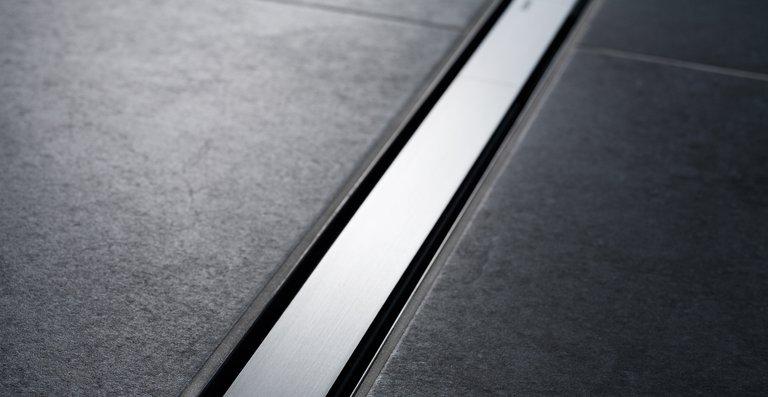 Flach und diskret: Das Modell Geberit CleanLine60 schließt bündig mit der Bodenfläche ab.