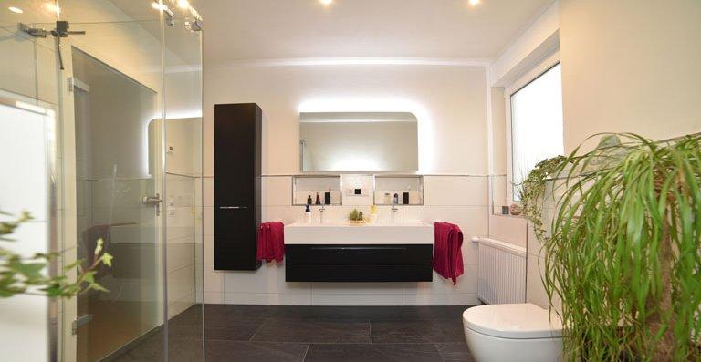 Modernes, harmonisches Ambiente, mediterrane Farben und handlicher Stauraum prägen das modernisierte Bad von Familie Kasten.