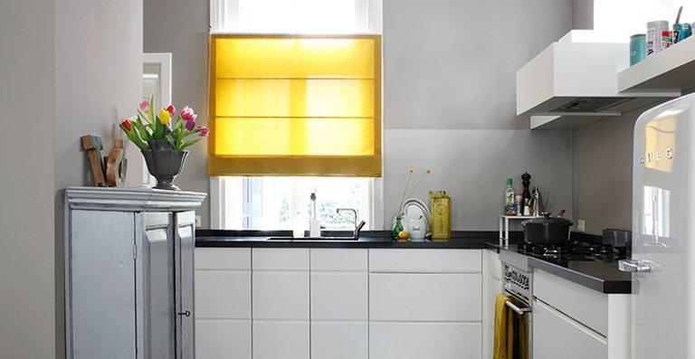 Moderne Küche und gelbes Raffrollo – passt!
