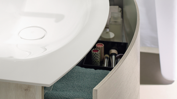 Einer der neuen Mineralguss-Waschtische von Sinea 2.0: Mit nur einem Auszug (mit Griffmulde oder TipOn-Funktion erhältlich) und seinen extrem dünnen Materialstärken (6,5 mm bei der Waschtischplatte und 8 mm bei der Möbelfront) wirkt das Waschtisch-Ensemble ausgesprochen luftig und modern.