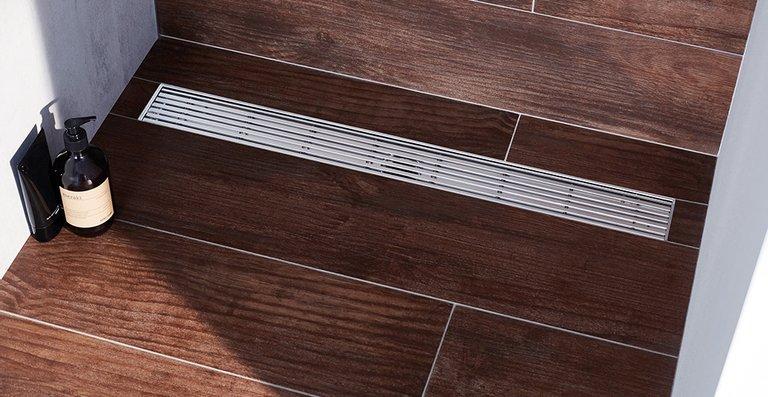 Der neue Design-Rost ACO Linear in der bodenebenen Edelstahl-Duschrinne ACO Showerdrain M, Länge 800 mm.