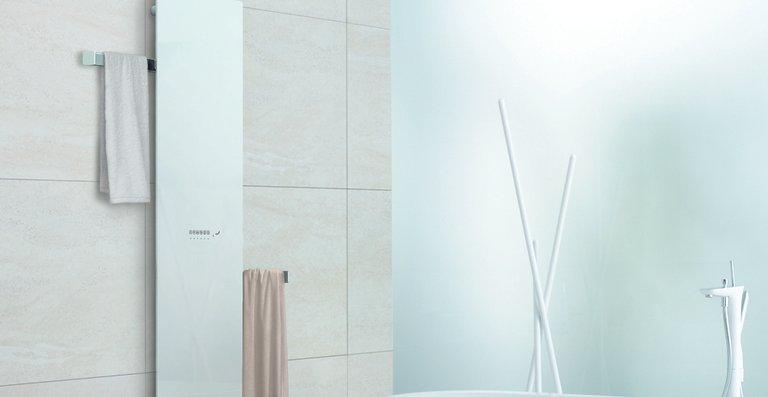 Zehnder Deseo Verso besticht auch durch große Flexibilität: Noch bei der Installation kann der Auszug der Handtuchhalter nach links oder nach rechts frei gewählt werden. Zudem werden die Handtücher durch die gleichmäßige Wärmeverteilung auf der Rückseite des Design-Heizkörpers angenehm vorgewärmt.