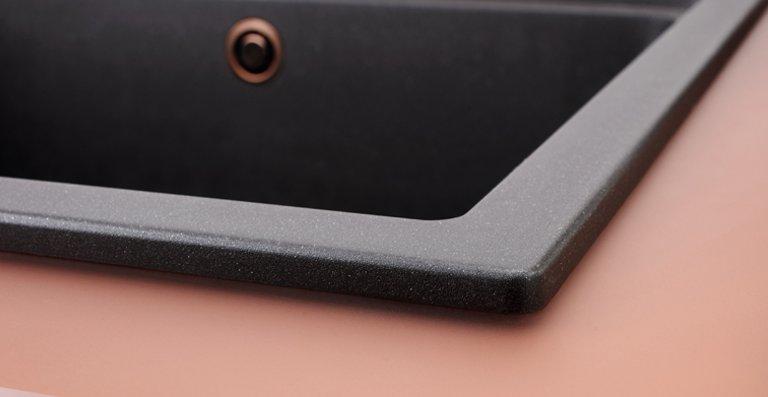 Die Oberfläche der 12 mm starken Glasarbeitsplatte weist eine samtene Haptik auf und ist äußerst hygienisch und reinigungsfreundlich – außerdem besonders stoß- und schlagfest.