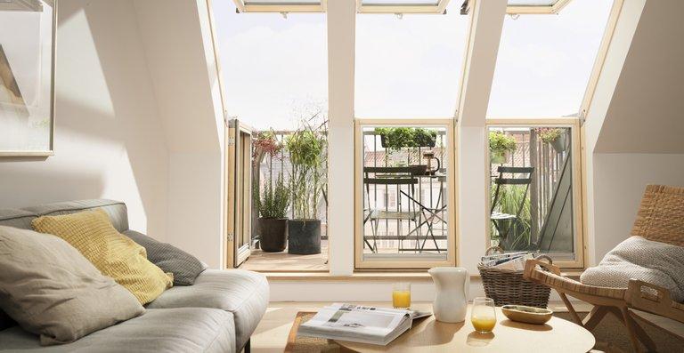 Mit dem Velux Dachbalkon profitieren Dachgeschossbewohner im Sommer von einem Austritt ins Freie und müssen sich im Winter dank serienmäßiger 3-fach-Verglasung keine Sorgen um unnötigen Wärmeverluste machen.