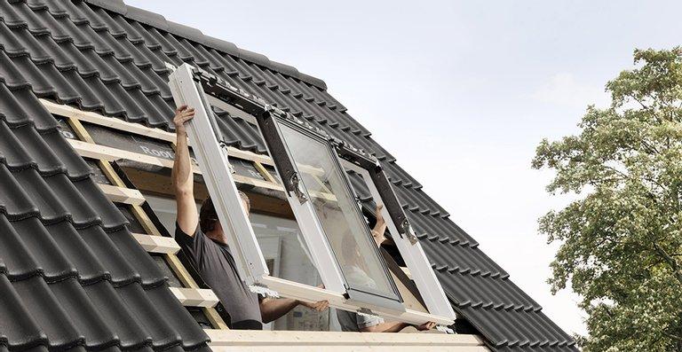 Die neue Lichtlösung kombiniert ein feststehendes Fensterelement mit zwei öffenbaren Fensterflügeln in einem einzigen großen Rahmenelement. In Verbindung mit der Lieferung als Komplett-Paket macht das den Einbau für Handwerker denkbar einfach.