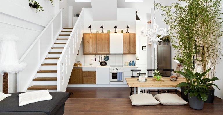 Aus ehemaligem Heuboden wird Wohnparadies: Durch den Einbau mehrerer Teilebenen konnte der acht Meter hohe Raum optimal genutzt werden.