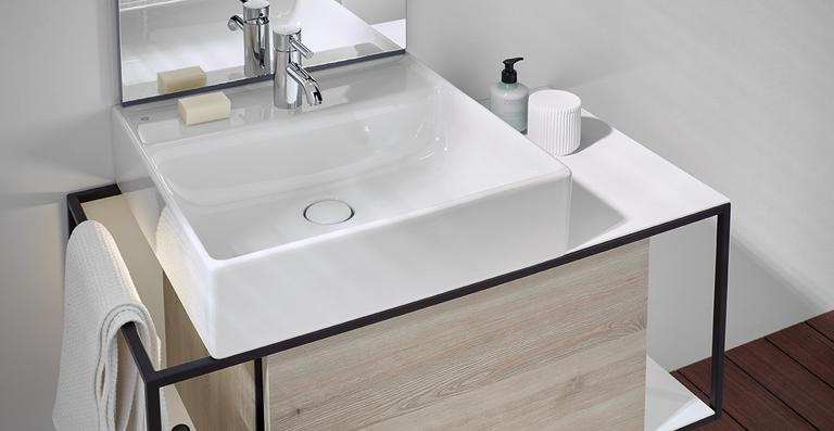 Waschtischeinheit mit Mehrwert: offener Aluminiumrahmen kombiniert mit geschlossenem Stauraum und offenen Ablagen für ein freies Spiel mit Flächen und Volumen – hier als 750er-Waschtischeinheit mit rechteckigem Keramikwaschbecken.