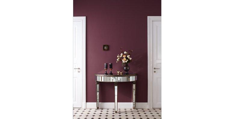 """Vintage-Schätze als Wohnaccessoires unterstreichen den opulenten Charakter der Violetttons """"Farbe der Könige"""" von Alpina Feine Farben."""