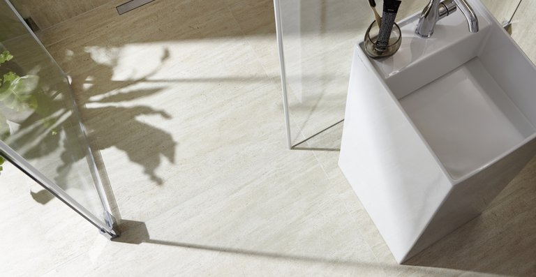 Das befliesbare LINE XXL-Zuschnittboard mit wandseitiger Rinne  ermöglicht eine flexible Gestaltung großer Duschbereiche