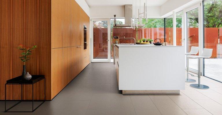 Immer häufiger entdecken Einrichtungsprofis die HARO Bodenfliese CELENIO als den idealen Wunsch-Bodenbelag für sich. Die Optik einer Steinfliese in perfekter Harmonie mit der Fußwärme eines Holzfußbodens