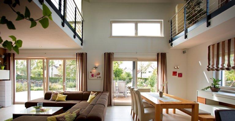 Eine gelungene Verbindung zum Garten bieten Terrassentüren und Hebe-Schiebe-Türen durch leichte Bedienung und barrierefreien Zugang.