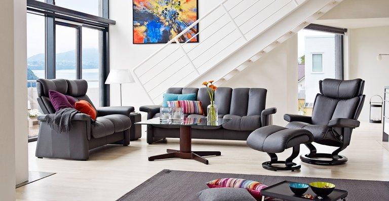 Wohnkomfort und Entspannung pur – mit dem Stressless® Legend Sofa, hier als 2-Sitzer High Back und 3 Sitzer Low Back, sowie dem Stressless® Magic Relaxsessel.