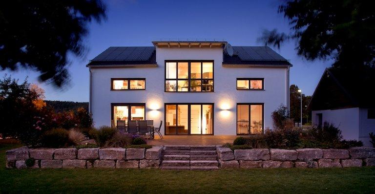 Die energieeffizienten Fenster mit großen Glasflächen eröffnen spektakuläre Ausblicke aus hellen, lichtdurchfluteten Wohnräumen.