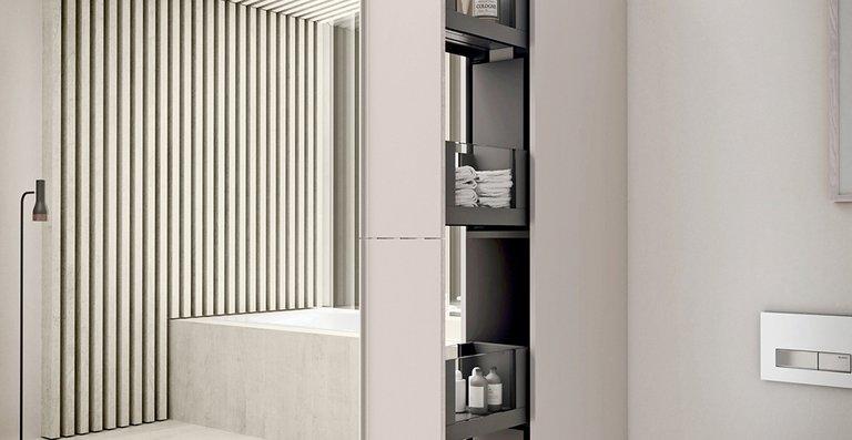 Mit dem Hochschrank mit Apothekerauszug lassen sich Teile des Badezimmers gestalterisch vom Rest des Badezimmers trennen.