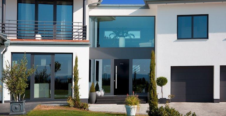 Fenster und Haustüren von Kneer-Südfenster bieten ein Mehr an Sicherheit und auf Wunsch trägt smarte Technik zu einem hohen Wohnkomfort bei.