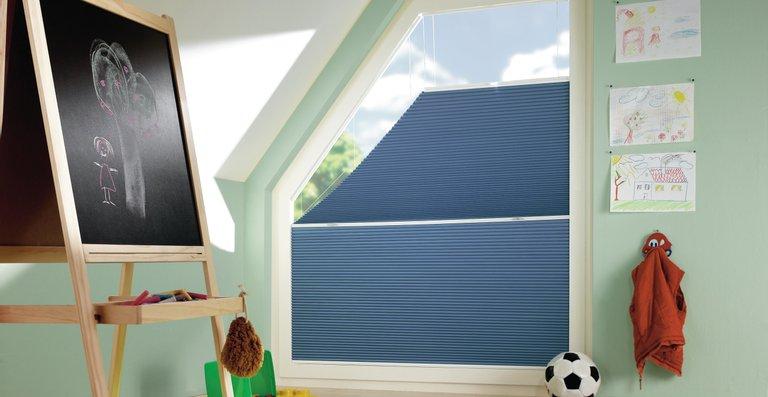 Fast jede Fenstersonderform lässt sich mit dem DUETTE® Wabenplissee verschatten.
