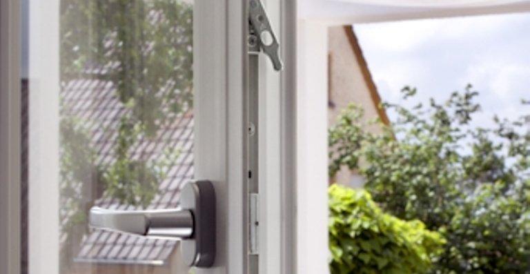 """Im Farbton """"Edelweiß"""" passen die Kunststoff-Fenster und Terrassentüren von Kneer-Südfenster optimal zum modernen Erscheinungsbild des Hauses. Mit hochwertigen aufliegenden Beschlägen und mit zwei zusätzlichen Pilzzapfen bieten sie bereits standardmäßig einen erhöhten Einbruchschutz – und sind dabei äußerst pflegeleicht."""