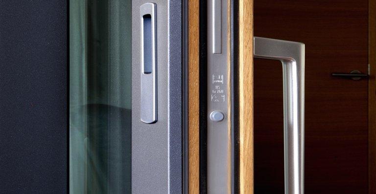 Die Fenster von Kneer-Südfenster sind serienmäßig mit Pilzzapfen ausgestattet, die in der Vorrichtung im Rahmen einrasten – sie lassen sich nicht einfach aufhebeln.