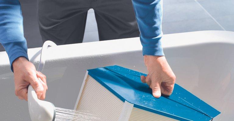 Herzstück des Zehnder Enthalpietauschers für Komfort-Lüftungsgeräte ist eine patentierte Polymer-Membran, welche eine Übertragung von Verunreinigungen wie Schimmelsporen oder Bakterien verhindert. Gleichzeitig ist die Membran sehr robust und wasserbeständig, weshalb der Zehnder Enthalpietauscher bei Bedarf einfach unter fließendem Wasser gereinigt werden kann.