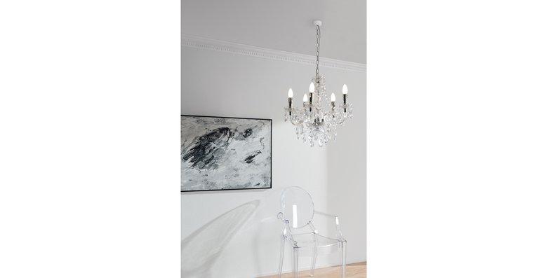 Ideal für kleine oder dunkle Räume: Acryl- oder Glasmöbel wirken nicht nur modern, sie lassen auch das Licht hindurchscheinen.