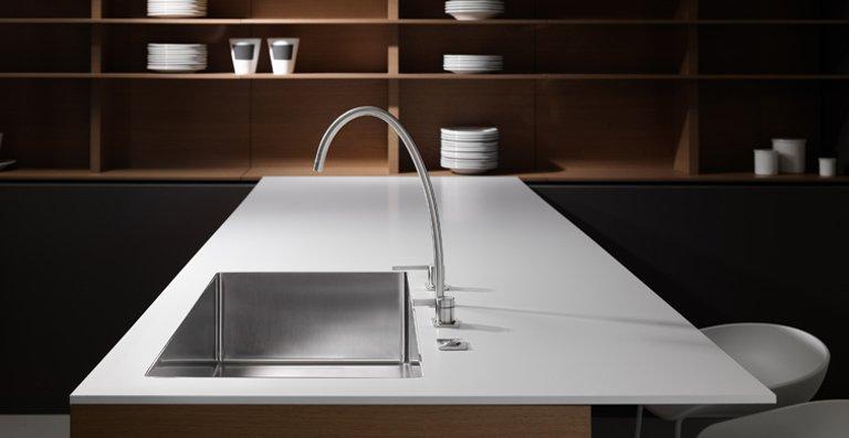 Die neue KWC Armatur ERA von Franke bildet eine Einheit mit der gleichnamigen Spüle. Sie bestechen durch ihr minimalistisches Design, schlanke Proportionen und hohe Funktionalität.