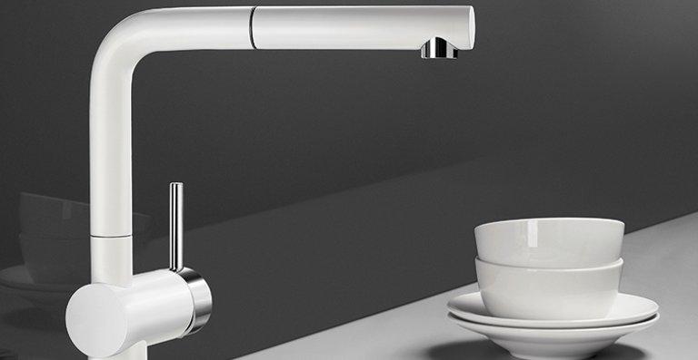 Die Kraft der Kontraste – hier umgesetzt durch die Armatur BLANCO LINUS-S in der White Edition und die Spüle AXON II 6 S aus Keramik