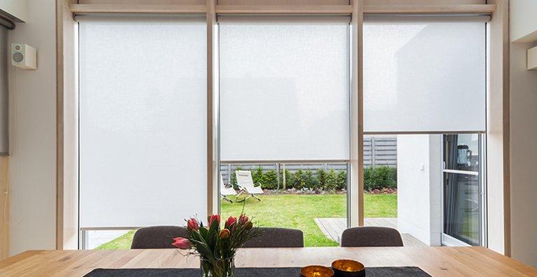Elektrisches Rollo für große Fensterflächen im Wohnbereich