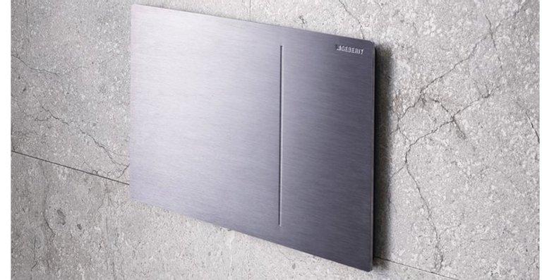 Variantenreich: Neben der Ausführung in farbigen Glasnuancen ist die Betätigungsplatte auch in edlem chrom-gebürstetem Metall erhältlich.