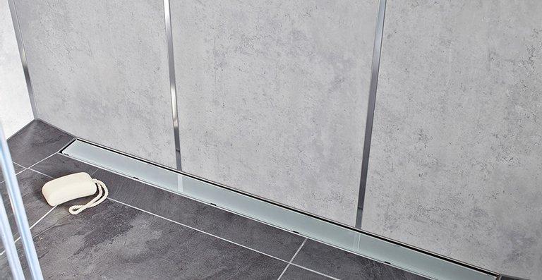 Die neue Edelstahl-Duschrinne ACO ShowerDrain E+, hier bestückt mit Design-Abdeckung aus Glas, Farbe Grau.