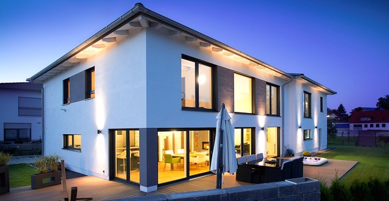 Die großen Fenster und Terrassentüren von Kneer-Südfenster – außen Aluminium, innen Kunststoff – sind mit Raffstoren ausgestattet, die tagsüber die Sonne ins Haus lassen und abends für ungestörte Privatsphäre sorgen.