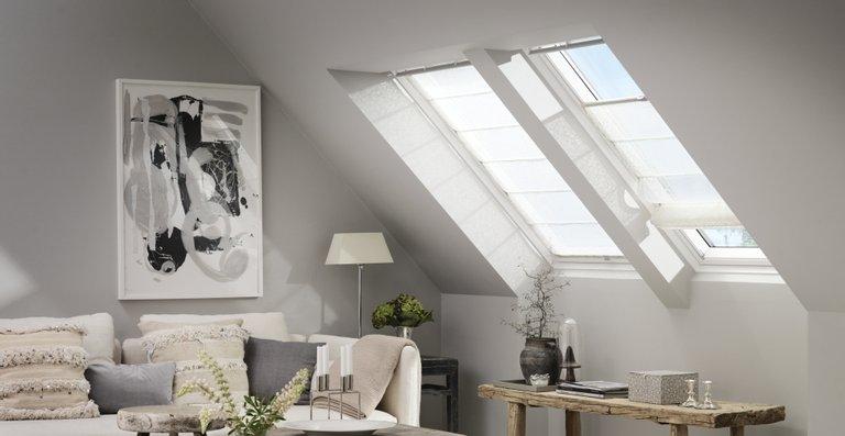 Raff-Rollos ermöglichen dank variabler Positionierung am Fenster eine individuelle Lichtregulierung und sind ein besonders schönes Dekoelement im Raum.