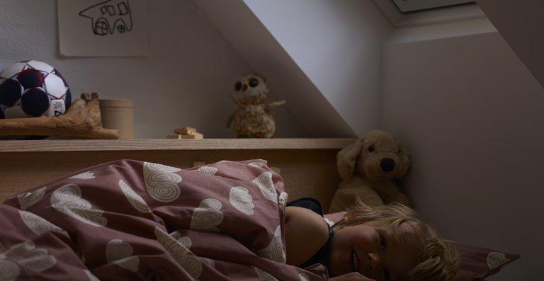Jetzt noch schnell das Rollo runterziehen! Gerade für Kinder kann die Zeitumstellung den Schlafrhythmus negativ beeinflussen. Daher ist eine dunkle Schlafumgebung umso wichtiger.