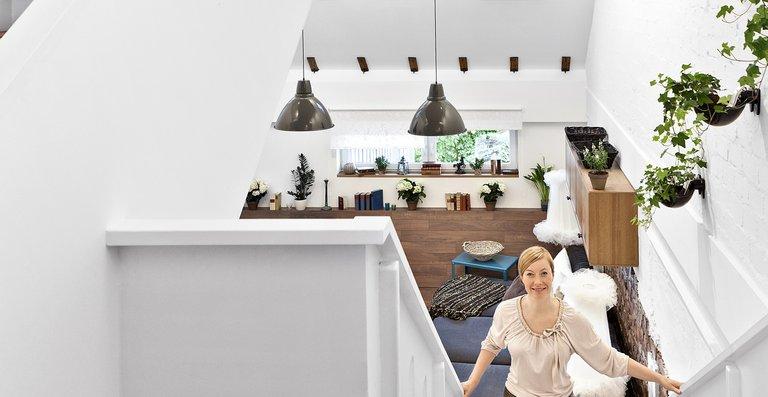 Der Aufstieg zur nächsten Ebene erscheint hell und luftig: Die zahlreichen Velux Dachfenster versorgen die Treppen mit viel natürlichem Licht und frischer Luft.