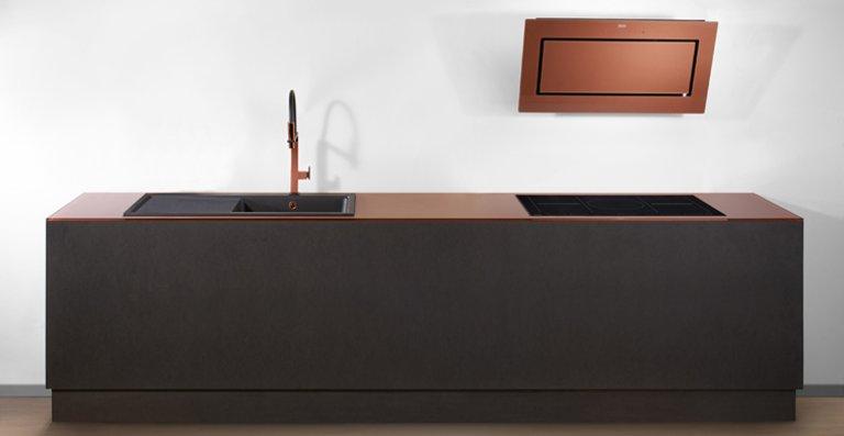 Im angesagten Kupfer Look ziehen ins Franke Sortiment ein: die Mythos Kopffreihaube, zwei Fragranit+ Spülen samt passender Armatur sowie eine Glasarbeitsplatte.