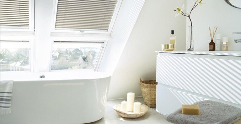 Wer träumt nicht davon, mit Blick in den Himmel zu baden? Mit einer solch großen Fensterkombination wird das Bad zum Lieblingsplatz in der Wohnung.