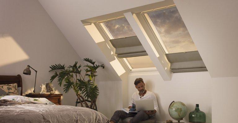 Das Raff-Rollo bietet dekorativen Schutz vor zu viel Sonne und lässt sich flexibel am Fenster positionieren.