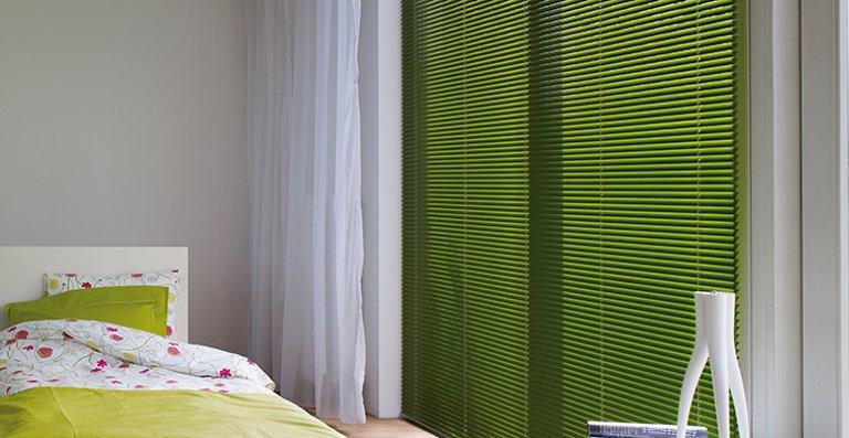 Frischer Wind mit einer grünen Luxaflex®-Jalousie