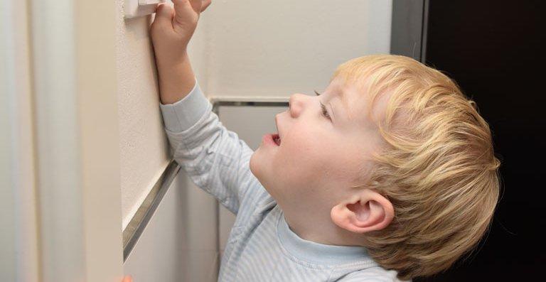 Wer außerhalb der programmierten Zeiten duschen oder baden will, aktiviert über die Boost-Funktion (Schnellaufheizung) die Fußbodentemperierung. Die Bedienung des Reglers ist kinderleicht.