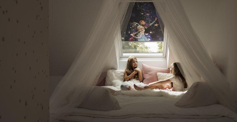 """Einschlafen mit Elsa, Anna und Olaf aus """"Der Eiskönigin"""" oder Lightning McQueen aus """"Cars"""" macht gleich viel mehr Spaß. In geschlossenem Zustand verdunkeln die Velux Rollos den Raum optimal und ermöglichen so einen ungestörten Schlaf."""