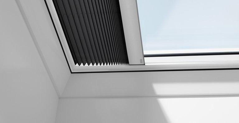 Velux Flachdach-Fenster können mit Wabenplissees kombiniert werden.